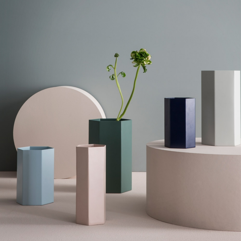 ferm living hexagon vasen in allen farben. Black Bedroom Furniture Sets. Home Design Ideas